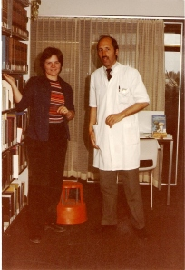 Dymphie en Dr van Enk in bibliotheek SZ ca 1985